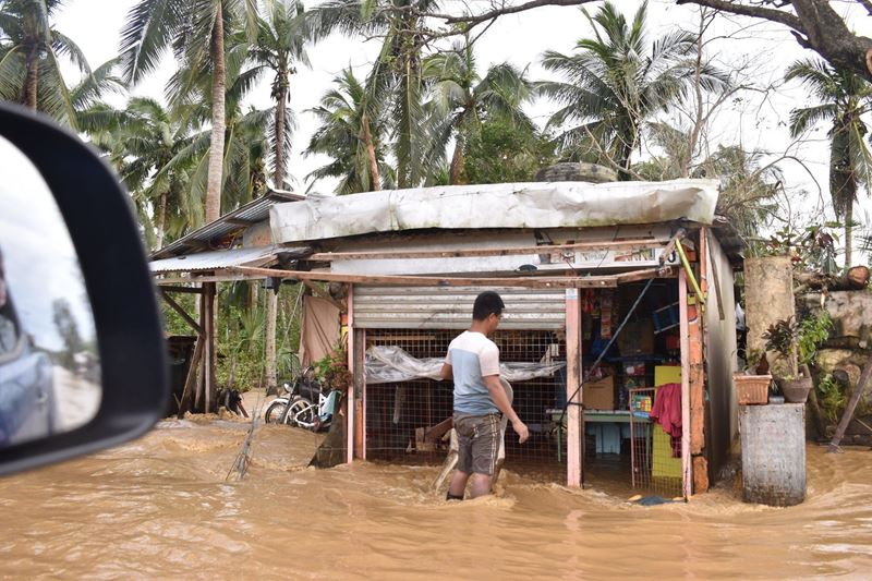 Locals Wade Through Floodwaters After Typhoon Vamco Batters The Philippines. Photo NASSA Caritas Philippines (1)